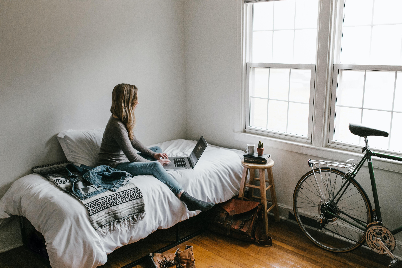 Travailler assis dans le lit